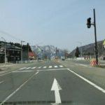 次の交差点を通過(直進)する。(右側にレストラン味里が見える。)